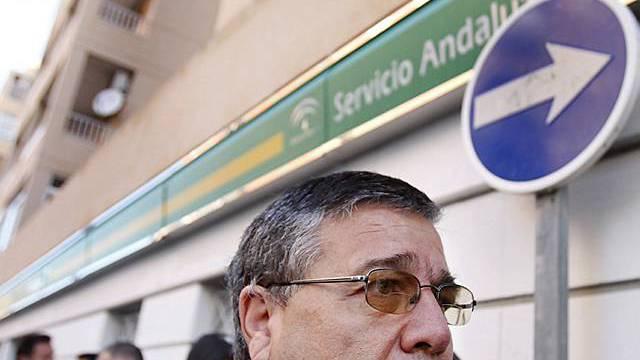 Spanische Arbeitslose stehen Schlange vor Arbeitsamt (Archiv)