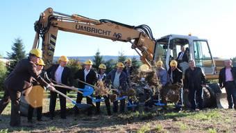 Regierungsrat Stephan Attiger darf baggern, Vertreter von Gemeinden und Baufirmen müssen mit der Schaufel vorliebnehmen.