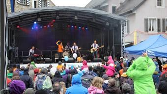 Regen hin oder her: Am Konzert von Schtärneföifi singen alle mit. CM