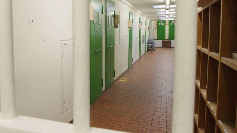 Brand im Bezirksgefängnis – Häftling zündete seine Matratze an