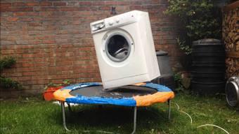 Youtube-Hit: eine Waschmaschine auf dem Trampolin