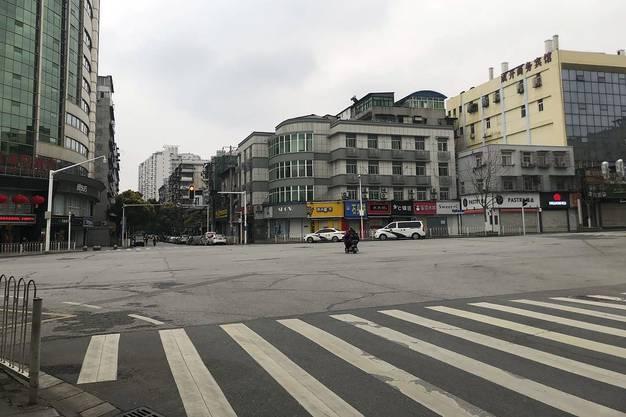 Eine verkehrsfreie Kreuzung in Wuhan am Montag, 27. Januar.