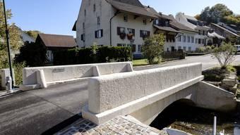Die historische Steinbogenbrücke in Ziefen zeigt sich in neuem Glanz. Gemeinderat Pascal Thönen ist stolz.