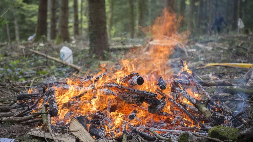 Wer ein Feuer macht, muss diese Tage einige Dinge beachten. (Themenbild)