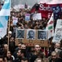 Demonstranten in Paris fordern den Rücktritt von Premierminister Edouard Philippe und Präsident Macron. Links auf dem Plakat ist Jean-Paul Delevoye abgebildet, der Rentenbeauftragte der Regierung trat am Montag nach Enthüllungen über zahlreiche Nebenjobs zurück.