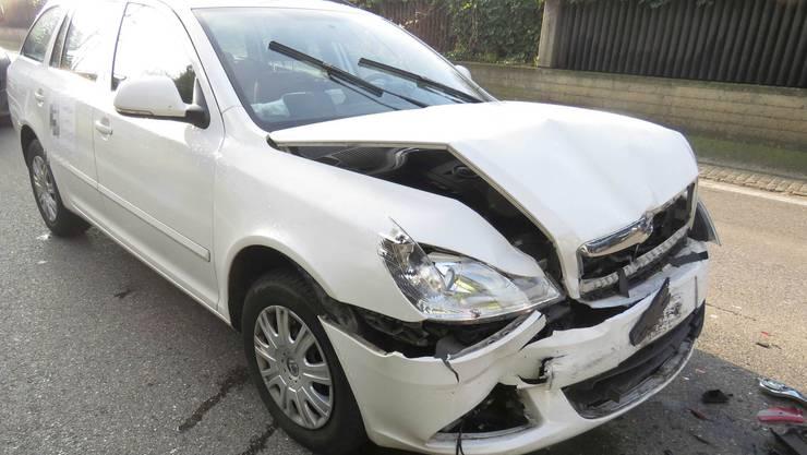 Ein Skodafahrer übersah vor Döttingen eine Fahrzeugkolonne und prallte in das Auto vor ihm.
