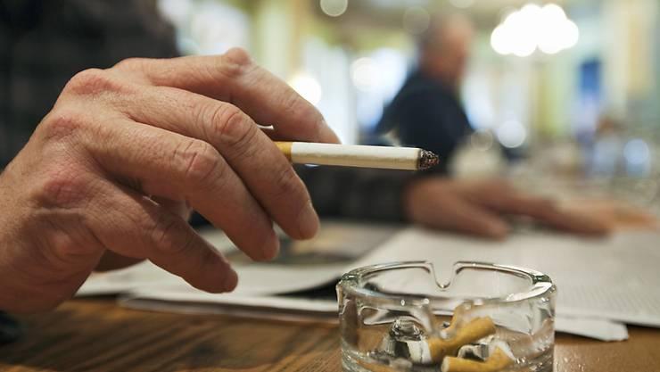1,1 Milliarden Menschen weltweit rauchen. Bei Hilfen zur Entwöhnung hapert es gemäss der Weltgesundheitsorganisation WHO noch. (Themenbild)