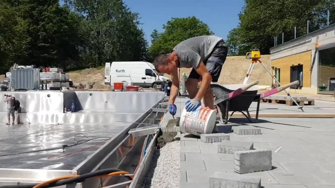 Sanierungsarbeiten bei grösster Hitze im Freibad Zuchwil