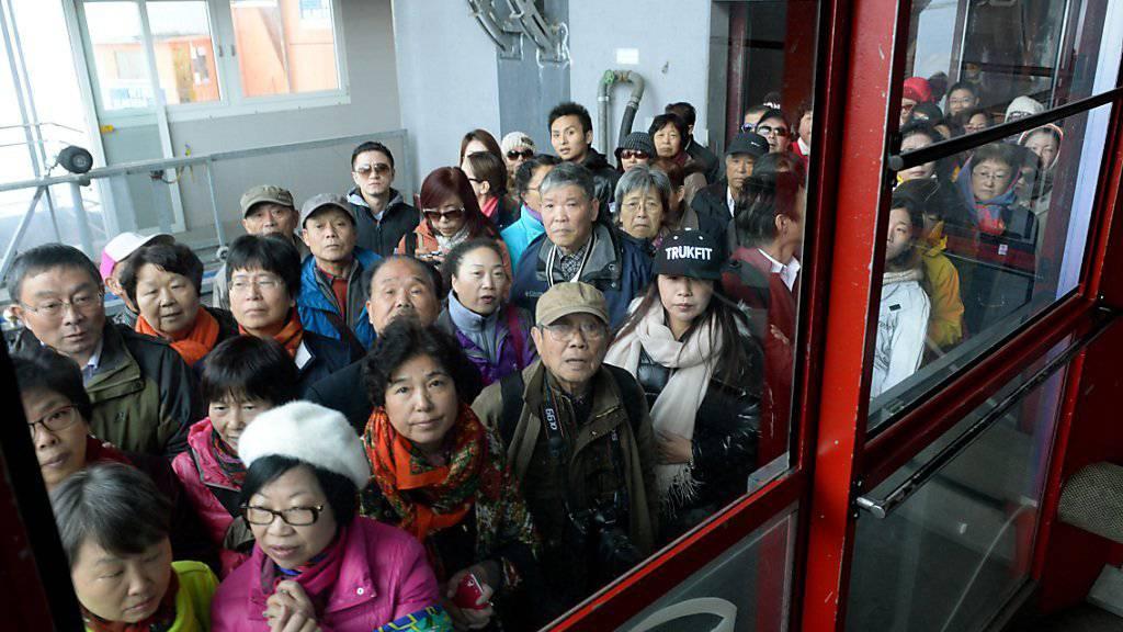 Chinesische Touristen warten auf die Titlisbahn: Sie haben die Schweizer Hotellerie im September vor Schlimmerem bewahrt (Archiv).