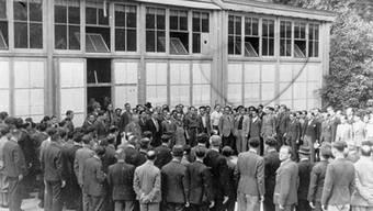 Dieses Foto entstand zirka 1940 und zeigt die Flüchtlinge bei einem Lager-Appell im Park des Sommercasinos.