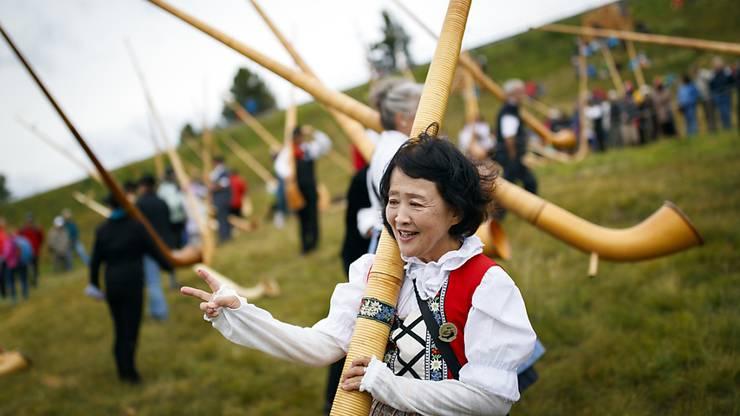 Eine japanische Alphornbläserin, nachdem sie am Höhepunkt des Alphornfestivals in Nendaz, am Gemeinschaftskonzert mit rund 200 Bläsern, mitgemacht hat.