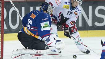 Biels Goalie Lukas Meili wehrt ab gegen Berns Hnat Domenichell