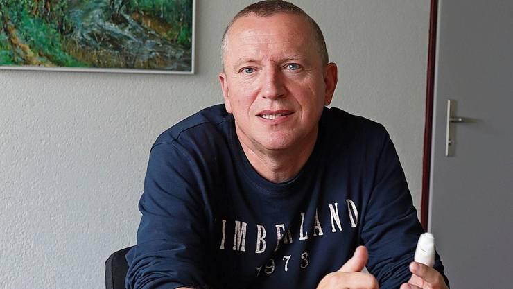 Gemeindeammann Niklaus Boss mit dem Modell der neuen Grossüberbauung.