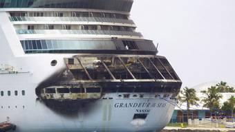 Kreuzfahrtschiff in Bahamas brennt