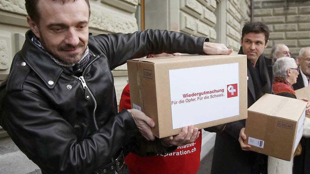 Initiant Guido Fluri bei der Einreichung der Wiedergutmachungsinitiative im Dezember 2014. Heute erhalten Opfer fürsorgerischer Zwangsmassnahmen einen Solidaritätsbeitrag. (Archivbild)