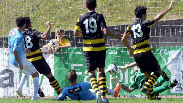 Stephan Andrist (am Boden) schiesst ein zum 4:0.