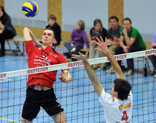 Marcin Malicki (links, Laufenburg) lässt seinem Gegner Fabrice Maiorana (rechts, Lutry) beim Smash keine Chance.
