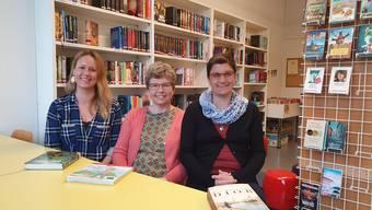 Stefanie Hinsberger, Magdalena Lüscher und Mireille Schneeberger (von links) sorgen dafür, dass die Bibliothek im Dorf bleibt. Bild: zvg