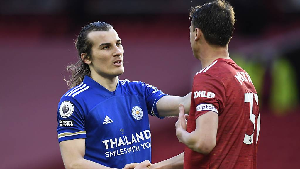 Caglar Söyüncü (links) bringt Leicester den Sieg und Manchester City den Meistertitel. Die Gratulationen von Uniteds Brandon Williams nimmt Söyüncü stellvertretend auch für Manchester City entgegen