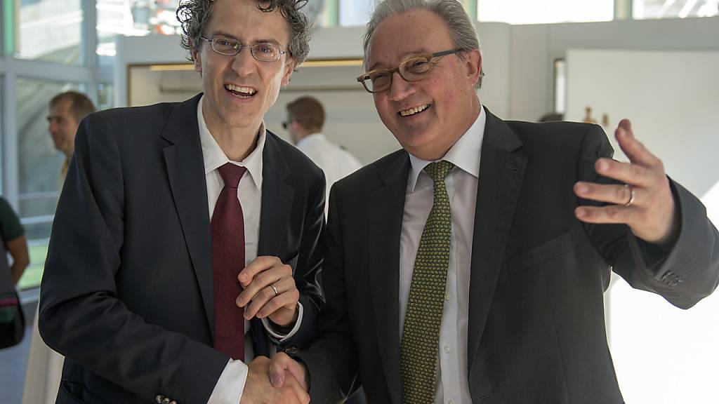 Für den Epidemiologen Marcel Tanner (rechts) gilt derzeit im Gegensatz zu alten Zeiten: Abstand halten und keine Hände schütteln. (Archivbild)