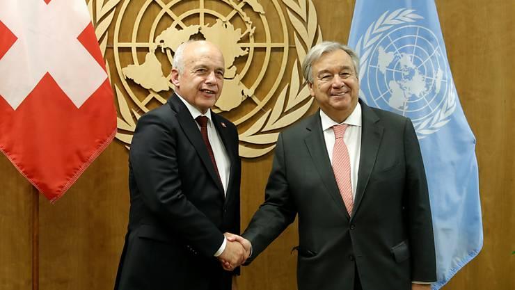 Bundespräsident Ueli Maurer (links) und Uno-Generalsekretär Antonio Guterres (rechts) haben am Montag in New York unter anderem darüber gesprochen, wie die Digitalisierung bei der Uno verbessert werden könnte.