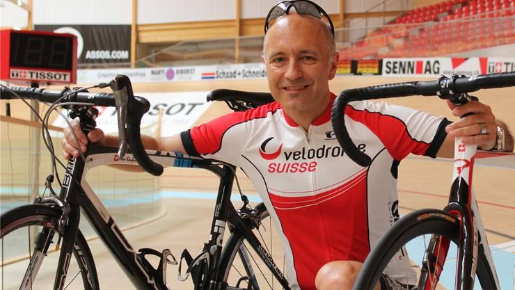Velofahrer Alex Kaufmann erklärt den Unterschied zwischen einem Bahnrad (rechts) und einem Velo für die Strasse.