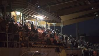 Die Lichter des Stadion Bruegglifeld gehen vor dem Spiel aus und die Fans sitzen mehrheitlich im Dunkeln beim Challenge League Meisterschaftsspiel zwischen dem FC Aarau und dem FC Zuerich vom Montag, 13.Maerz 2017, in Aarau. (KEYSTONE/Urs Flueeler)