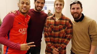 Wer ist hier Fan und wer Star? Popstar Justin Bieber posiert mit den Barcelona-Kickern Neymar, Luis Suarez und Lionel Messi (von links).