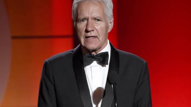 ARCHIV - Alex Trebek, Moderator und Quiz-Show-Host aus Kanada, spricht bei den 44. jährlichen Daytime Emmy Awards in Kalifornien. Trebek starb am Sonntag, den 8. November 2020, nachdem er fast zwei Jahre lang gegen Bauchspeicheldrüsenkrebs gekämpft hatte. Foto: Chris Pizzello/Invision/dpa
