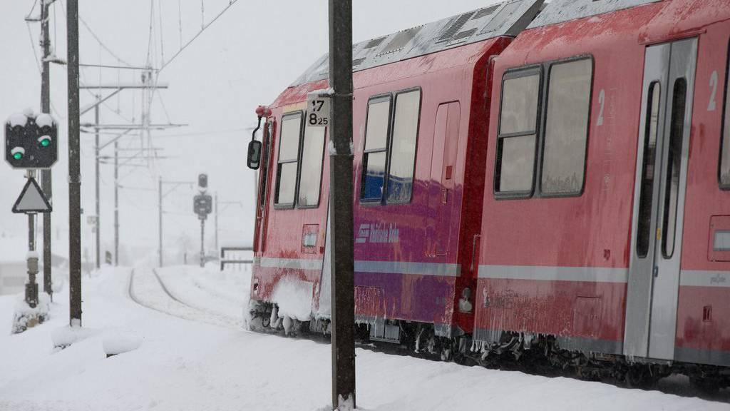 Einzelne Strecken der RhB wurden durch den Neuschnee blockiert. (Archivbild)