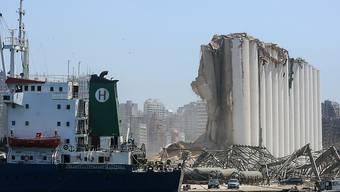 Das Wrack eines Schiffes im Hafen von Beirut. Foto: Marwan Naamani/dpa