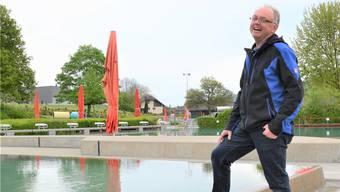 Der neue Badmeister von Villmergen, Stefan Meier, in seinem Reich: «Die Badi Villmergen gefällt mir, weil sie so idyllisch und familiär ist.» Fotos: Christian Breitschmid