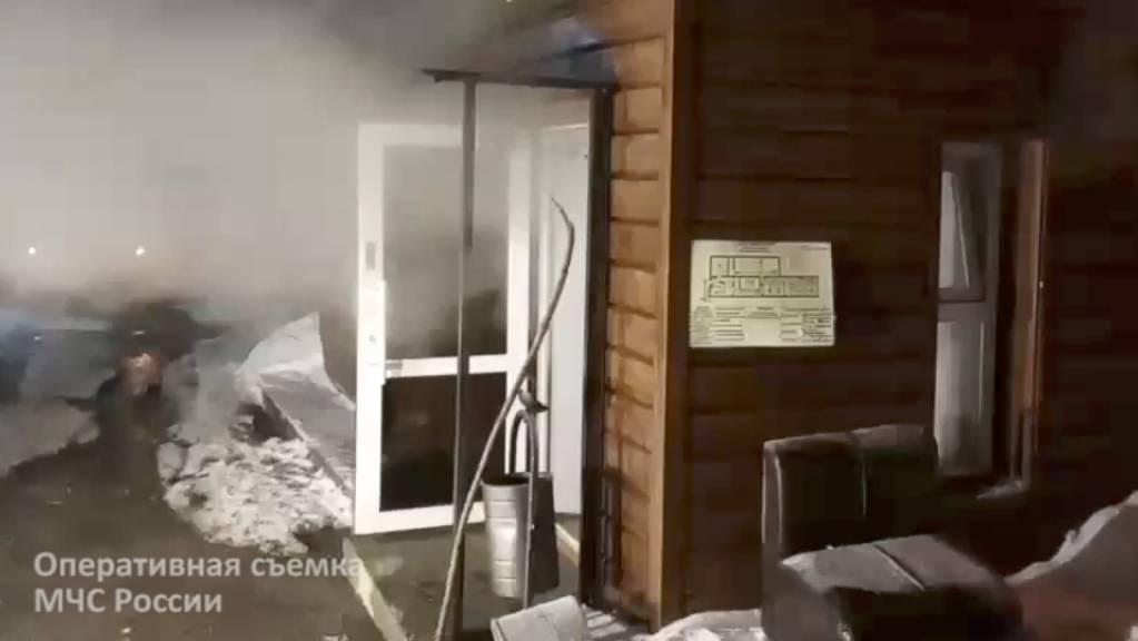 """Die völlig mit siedendem Wasser überflutete Herberge """"Karamel"""" in einem Industrieviertel von Perm - fünf Menschen starben."""