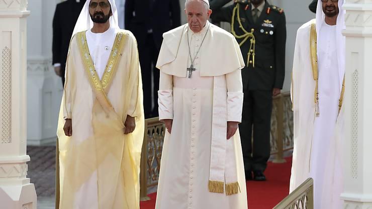 Bei seinem Besuch in den Vereinigten Arabischen Emiraten wird Papst Franziskus von Kronprinz Mohammed bin Said Al Nahjan im Präsidentenpalast in Abu Dhabi empfangen.