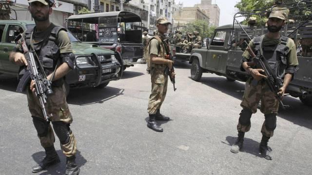 Starke Militärpräsenz in den Strassen von Karachi