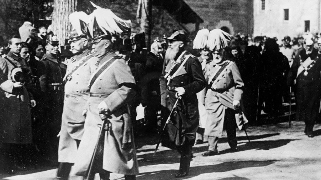 Traum von alter nationaler Grösse wie zu deren Zeiten: Generalfeldmarschall Paul von Hindenburg (ganz links, mit Helmschmuck) mit General Erich Ludendorff im Mai 1921 in Potsdam.