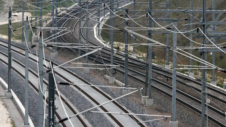 Wegen Unterhaltsarbeiten auf der Bahn 2000-Neubaustrecke müssen Reisende zwischen Zürich und Bern am nächsten Wochenende längere Fahrzeiten in Kauf nehmen. (Archivbild)