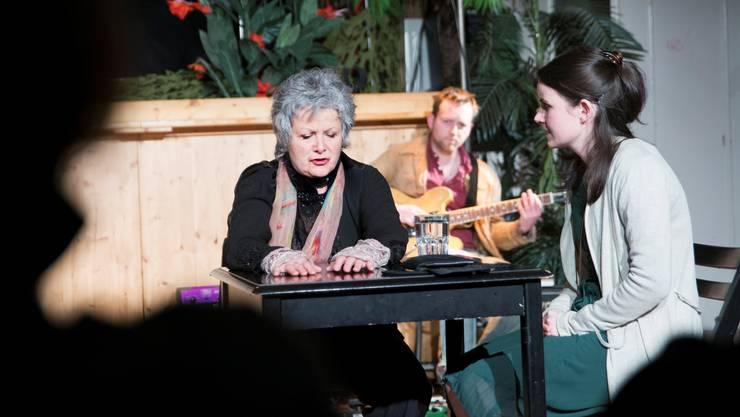 Starke Präsenz auf der Bühne (v.l.): Silvia Jost (Maren), Trummer (Strassenmusiker) und Mirjam Berger (Rahel).