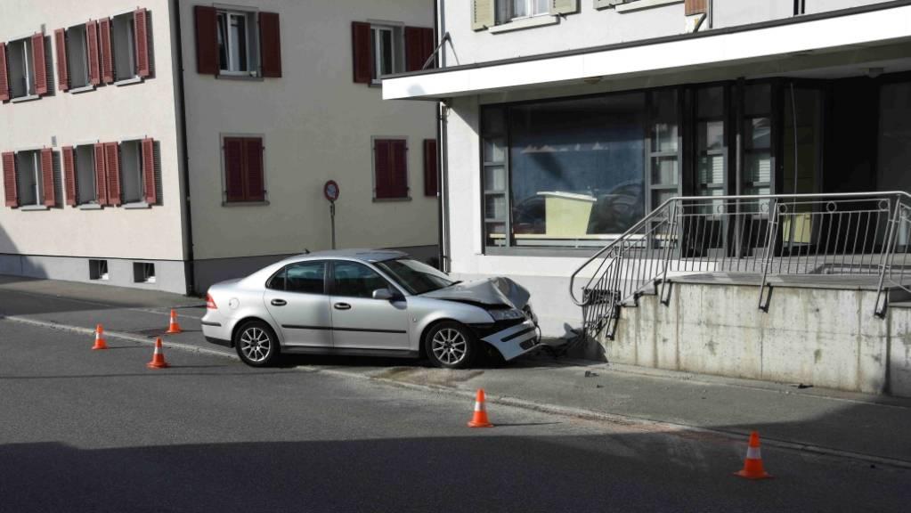 Wohl wegen eines medizinischen Problems hat eine 75-jährige Frau in Ebnat-Kappel mit ihrem Auto einen Unfall verursacht. Sie wurde unbestimmt verletzt.