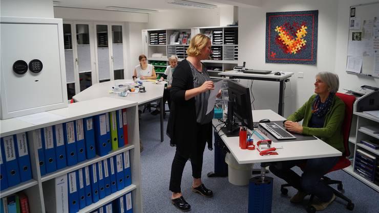 Blick in die neue Spitex-Zentrale: Betriebsleiterin Corinna Ganzoni (vorne rechts), Vereinspräsidentin Nicole Graf (stehend) und die Mitarbeiterinnen schätzen insbesondere die hellen, komfortablen Arbeitsräume. SL