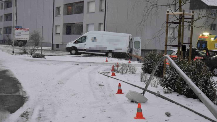 Der Lichtkandelaber liegt am Boden (rechts), und der Lieferwagen wurde auch zur Seite geschoben.