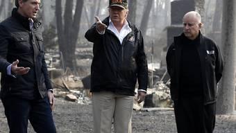 US-Präsident Donald Trump (Mitte) wurde bei seinem Besuch im Waldbrandgebiet vom scheidenden Gouverneur des Bundesstaates, Jerry Brown (r.), sowie dessen Nachfolger Gavin Newsom (l.) begleitet.