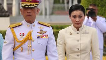Königin Suthida am Donnerstag in Bangkok bei ihrem ersten öffentlichen Auftritt an der Seite ihres Ehemannes, König Maha Vajiralongkorn.