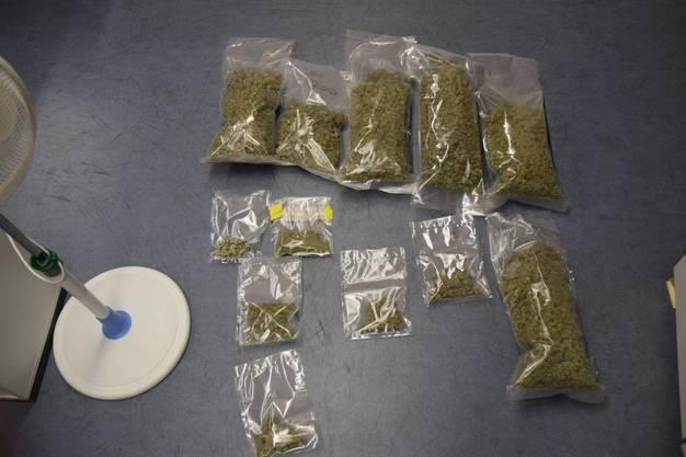 Ebenso wurden rund 3 Kilogramm getrocknetes und bereits abgepacktes Marihuana gefunden.