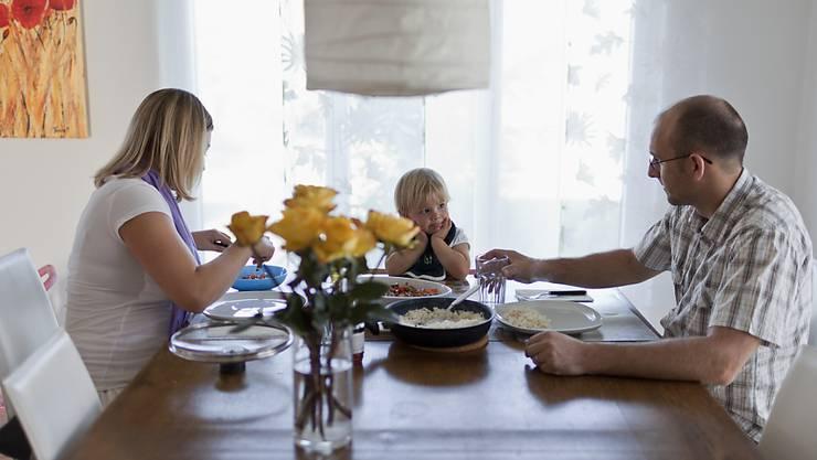 Die Zweielternfamilie ist immer noch im Trend, auch wenn Familien in der Schweiz zunehmend bunter werden. Dies zeigt der Familienbericht 2017, den der Bundesrat verabschiedet hat.