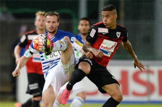 Aaraus Carlinhos (rechts) im Zweikampf mit Margairaz vom Super League-Aufsteiger Lausanne.
