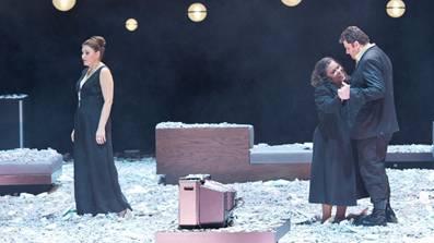 Die Kämpfe sind vorbei, Aida und Radames gehen tanzend in den Tod. Amneris wirkt als Todesengel.