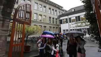 Das Tor zum Gymnasium Münsterplatz steht ab 2015 auch für Baselbieter Schüler offen. Nur einzelne Fächer sind es nicht. (Archiv)