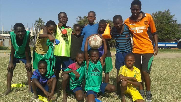 Beim Fussball lernen Strassenkinder in Tansania, Abmachungen und Regeln einzuhalten.