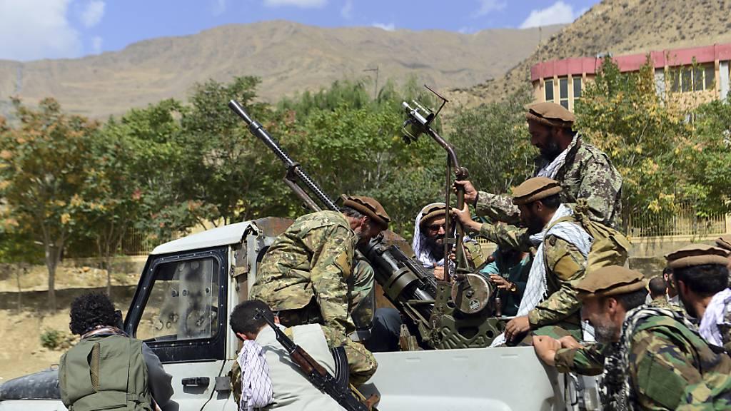 Milizionäre der Miliz von Massoud, Sohn von Shah Massoud, schieben ein Fahrzeug während einer Trainingsübung in der Provinz Pandschir. Eigenen Angaben wollen die militant-islamistischen Taliban die letzte noch nicht unter ihrer Kontrolle stehende afghanische Provinz, Pandschir, erobert haben. Foto: Jalaluddin Sekandar/AP/dpa